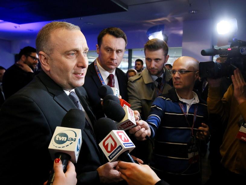 Minister spraw zagranicznych RP Grzegorz Schetyna (L) rozmawia z dziennikarzami /Paweł Supernak /PAP