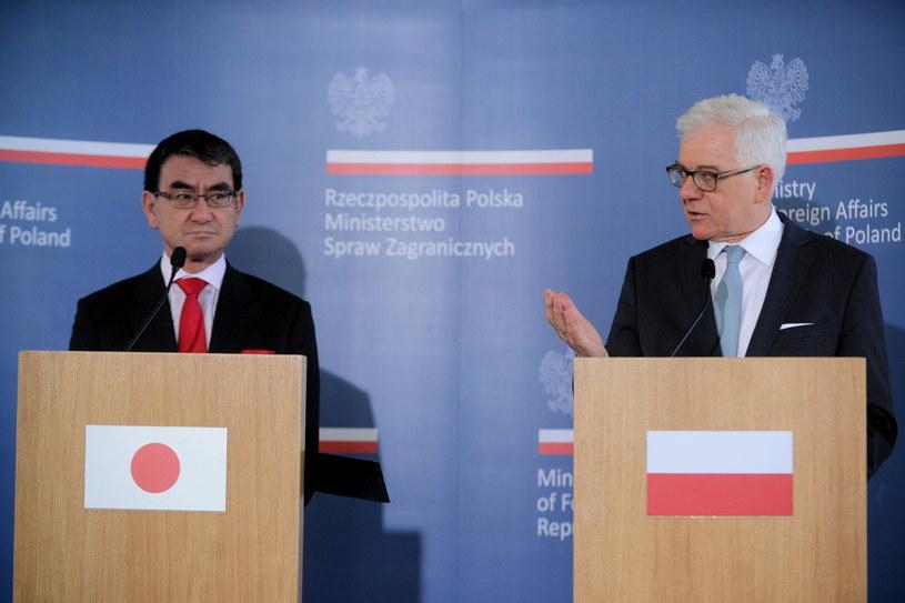 Minister spraw zagranicznych RP Jacek Czaputowicz i minister spraw zagranicznych Japonii Taro Kono (L) podczas konferencji prasowej w ramach Narady Ambasadorów w Kolegium Europejskim w Natolinie w Warszawie / Jakub Kamiński    /PAP