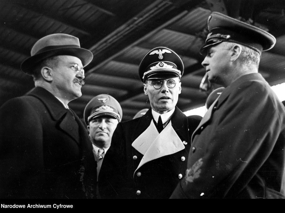 Minister spraw zagranicznych Rzeszy Joachim von Ribbentrop (pierwszy z prawej) żegna się z komisarzem ludowym Wiaczesławem Mołotowem 14.11.1940 /Narodowe Archiwum Cyfrowe /