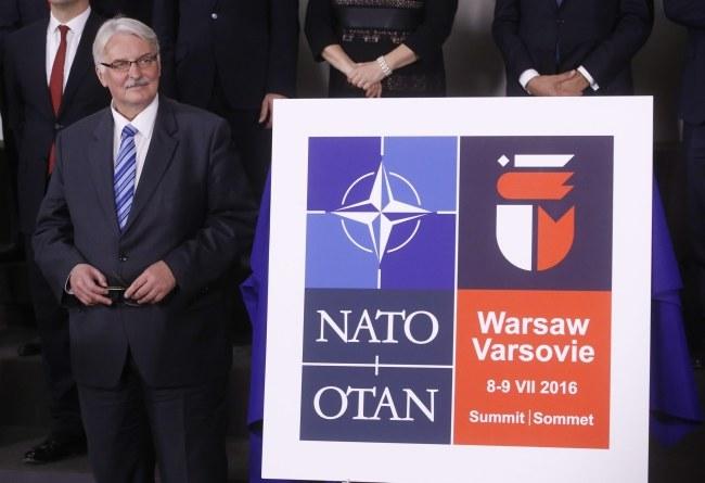 Minister spraw zagranicznych Witold Waszczykowski i logo szczytu NATO w Warszawie /PAP/EPA
