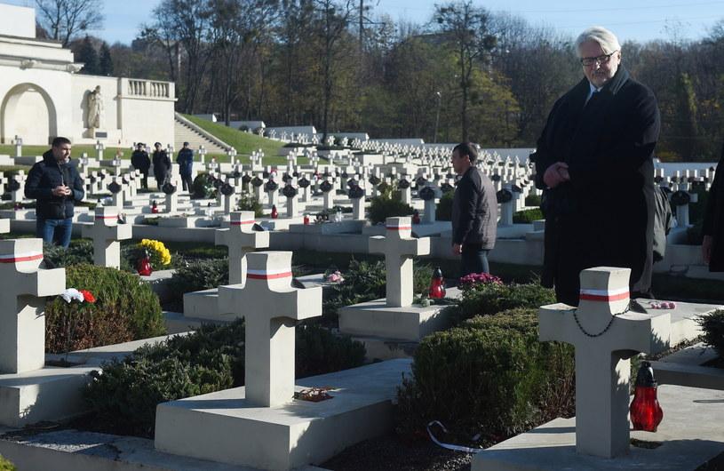 Minister spraw zagranicznych Witold Waszczykowski modli się przy mogiłach na Cmentarzu Obrońców Lwowa na cmentarzu Łyczakowskim /Radek Pietruszka /PAP