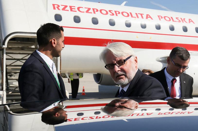 Minister spraw zagranicznych Witold Waszczykowski na lotnisku Erfurt-Weimar. Z prawej ambasador RP w Niemczech Andrzej Przyłębski /Paweł Supernak /PAP