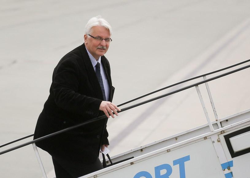 Minister spraw zagranicznych Witold Waszczykowski wsiada na pokład samolotu przed wylotem do Izraela /Paweł Supernak /PAP