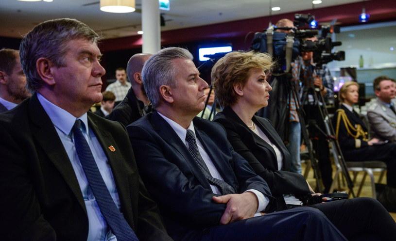 Minister sprawiedliwości Cezary Grabarczyk (w środku) /Jakub Kamiński   /PAP