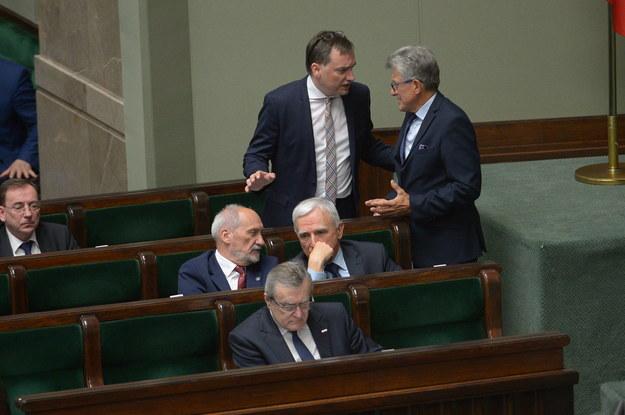 Minister sprawiedliwości Zbigniew Ziobro i poseł PiS Stanisław Piotrowicz (stoją) podczas posiedzenia Sejmu /Marcin Obara /PAP