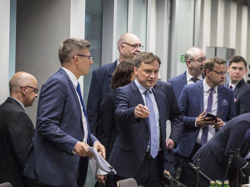 Minister sprawiedliwości Zbigniew Ziobro podczas posiedzenia komisji /Marek Berezowski /Reporter