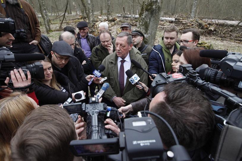 Minister środowiska Jan Szyszko (C), podczas konferencji prasowej, 12 bm. Szyszko spotkał się z dziennikarzami przy drodze dojazdowej do rezerwatu pokazowego żubrów na trasie Hajnówka-Białowieża /Artur Reszko /PAP