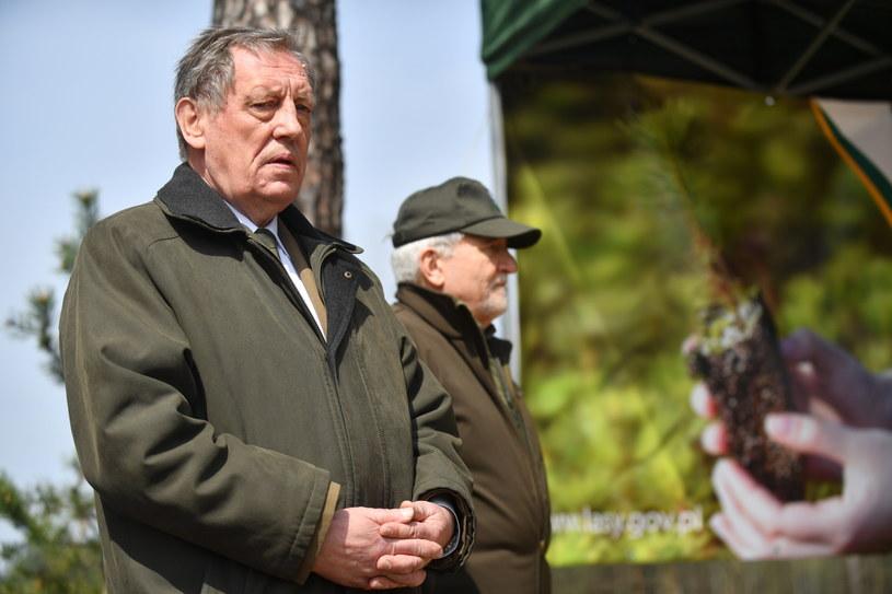 Minister środowiska Jan Szyszko (L) podczas akcji sadzenia drzew z okazji Święta Lasu /Bartłomiej Zborowski /PAP