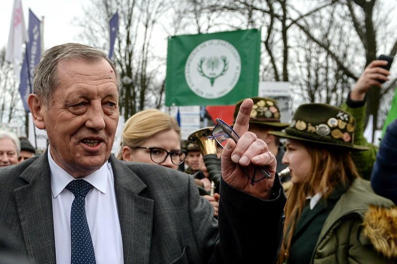 Minister środowiska Jan Szyszko wyszedł do manifestujących poparcie jego działania leśników /Marcin Obara /PAP