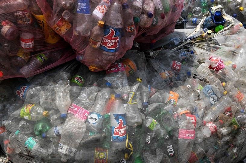 Minister środowiska Michał Woś zapowiada wysokie kary za śmieci /AFP
