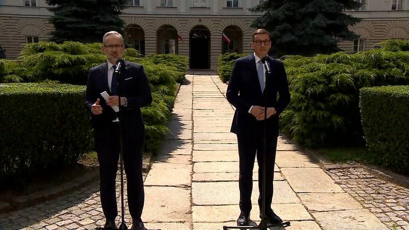 Minister zdrowia Adam Niedzielski i premier Mateusz Morawiecki podczas konferencji prasowej /Polsatnews.pl