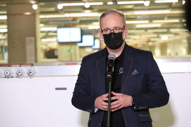 Minister zdrowia Adam Niedzielski podczas briefingu prasowego w punkcie szczepień przy Stadionie Narodowym w Warszawie / Tomasz Gzell    /PAP