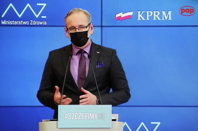 Minister zdrowia Adam Niedzielski podczas konferencji prasowej, transmitowanej z siedziby KPRM i oglądanej w jednym z mieszkań w Warszawie / Leszek Szymański    /PAP