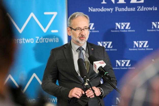 Minister zdrowia Adam Niedzielski podczas konferencji prasowej w Bibliotece Uniwersytetu Zielonogórskiego /Lech Muszyński /PAP