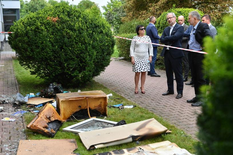 Minister zdrowia Adam Niedzielski w Zamościu, gdzie doszło do podpalenia siedziby sanepidu /Wojtek Jargiło /PAP