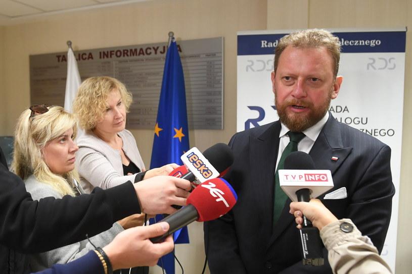 """Minister zdrowia Łukasz Szumowski podczas konferencji prasowej w Centrum Partnerstwa Społecznego """"Dialog"""" w Warszawie. /PAP"""