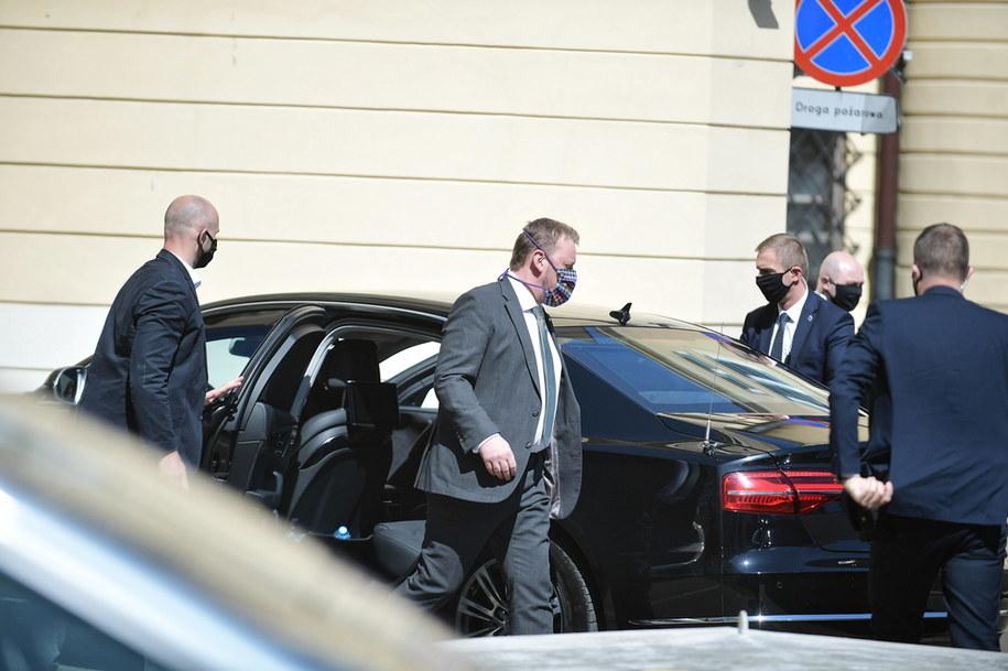 Minister zdrowia Łukasz Szumowski przed budynkiem przy sztabie wyborczym Andrzeja Dudy / Marcin Obara  /PAP/EPA
