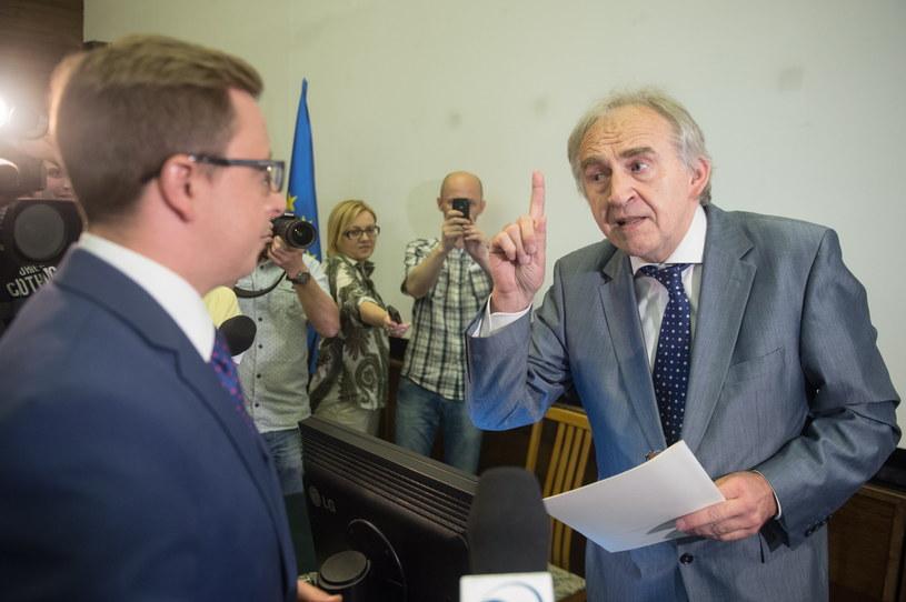 Minister zdrowia Marian Zembala z petycją, którą dostał od rzecznika SLD Dariusza Jońskiego /Grzegorz Michałowski /PAP