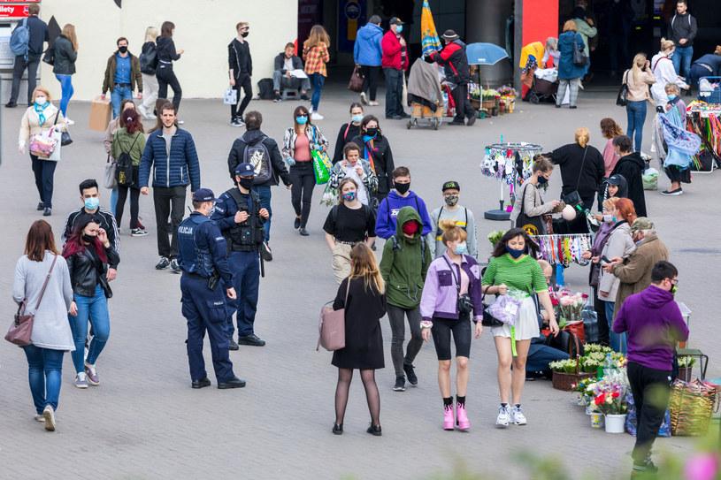 """Ministerstwo ogłosiło politykę """"zero tolerancji"""" dla nieprzestrzegania obostrzeń związanych m.in. z zakrywaniem nosa i ust /ARKADIUSZ ZIOLEK /East News"""