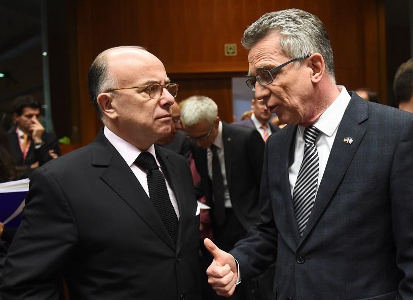 Ministrowie spraw wewnętrznych Niemiec i Francji, Thomas de Maiziere (P) i Bernard Cazeneuve (L) /EMMANUEL DUNAND / AFP  /AFP