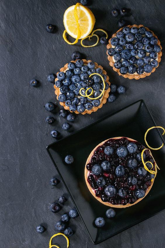 Minitarty z owocami to świetna propozycja do popołudniowej herbaty /123RF/PICSEL
