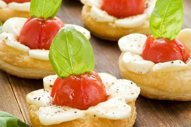 Minitarty z pomidorkami i mozzarellą /123RF/PICSEL