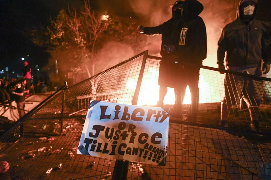 Minneapolis - kolejna noc zamieszek, płonie komisariat policji /Craig Lassig /PAP/EPA