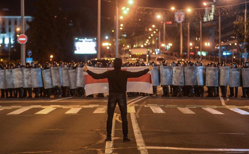 Mińsk, noc z 9 na 10 sierpnia, manifestant przed kordonem policji /TATYANA ZENKOVICH  /PAP/EPA