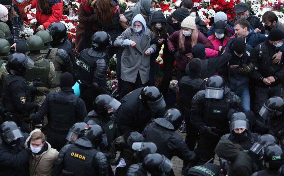 Mińsk. Policjanci zatrzymują uczestników protestu przeciwko reżimowi Alaksandra Łukaszenki / STR   /PAP/EPA