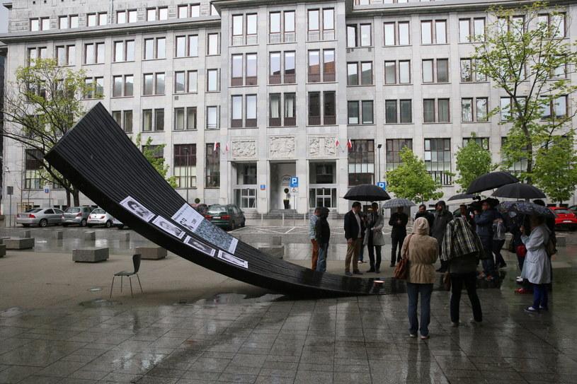 Minuta ciszy dla zabitych dziennikarzy - spotkanie w ramach przypadającego 3 maja Międzynarodowego Dnia Wolności Prasy i Dnia Pamięci Zabitych Dziennikarzy, zorganizowane przez Press Club Polska odbyło się przy Memoriale Wolnego Słowa w Warszawie /Tomasz Gzell /PAP