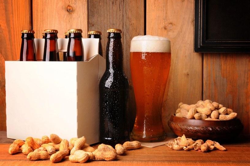 Miny znajomych po podaniu im własnoręcznie uwaronego piwa - bezcenne! /123RF/PICSEL
