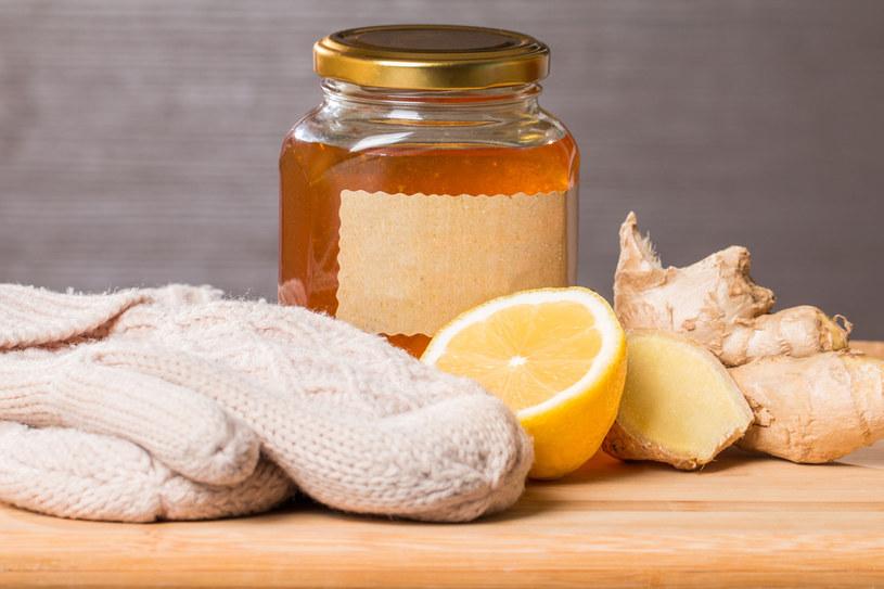 Miód, cytryna i imbir to twoi sprzymierzeńcy w walce z przeziębieniem /123RF/PICSEL
