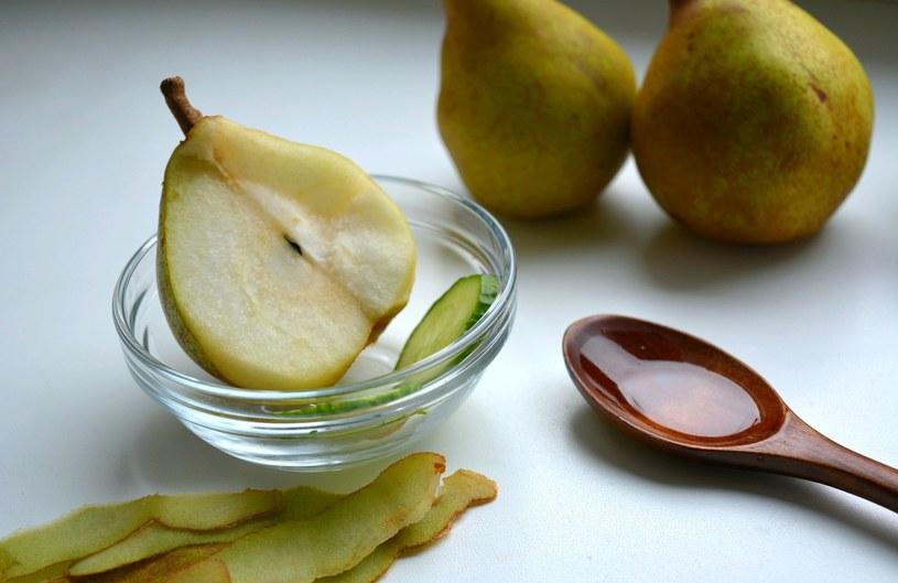 Miód i gruszka to skarbnica składników odżywczych. Jeżeli tylko chcesz, przy przygotowywaniu maseczki wykorzystaj również ogórka. /123RF/PICSEL