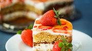 Miodowe ciasto z truskawkami