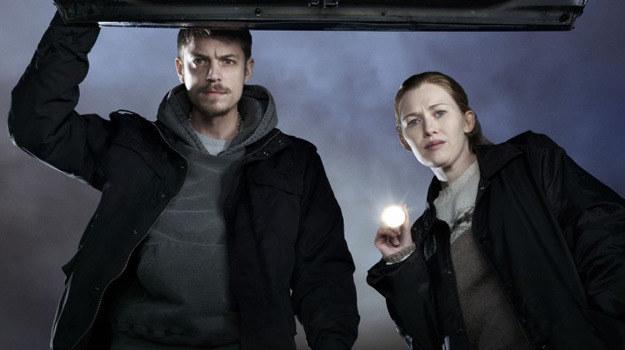 """Mireille Enos jako detektyw Sarah Linden (po prawej) i Joel Kinnaman jako Stephen Holder - bohaterowie """"The Killing"""" /materiały prasowe"""