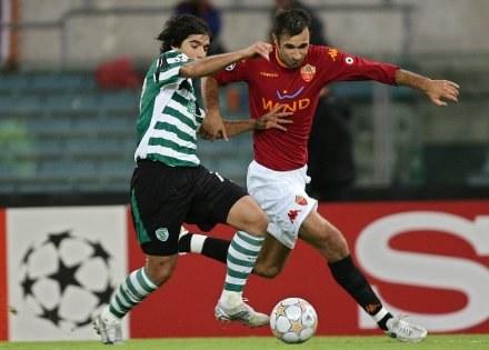 Mirko Vucinic mija Abela. AS Roma-Sporting 2:1 /AFP