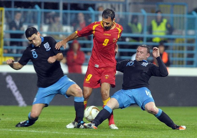 Mirko Vucinic w walce z Garethem Barrym i Waynem Rooneyem /AFP