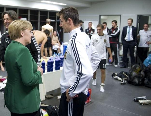 Miroslav Klose w rozmowie z kanclerzem Niemiec -  Angelą Merkel. /AFP