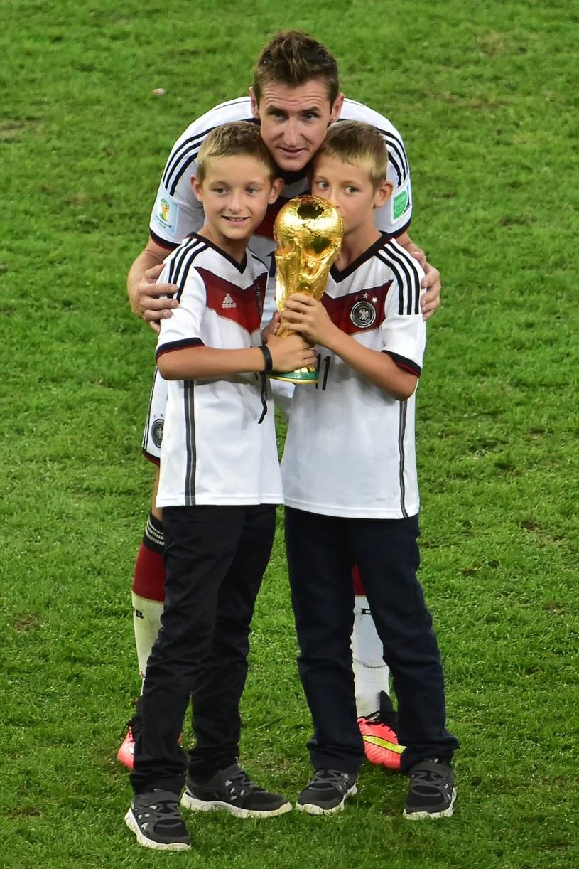 Miroslav Klose ze swoimi synami /AFP