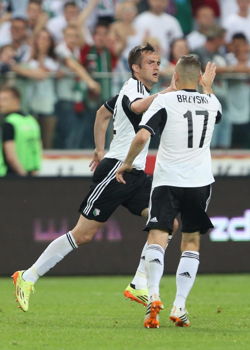 Miroslav Radović i Tomasz Brzyski podczas meczu z Celtikiem w Warszawie /Leszek Szymański /PAP
