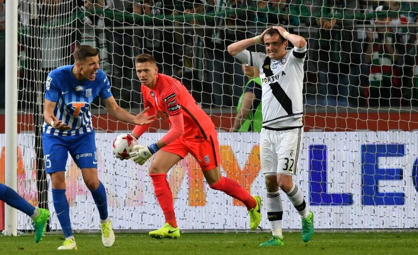 Miroslav Radović (P) z Legii oraz obrońca Jan Bednarek (L) i bramkarz Matusz Putnocky (C) z Lecha podczas środowego meczu /Bartłomiej Zborowski /PAP