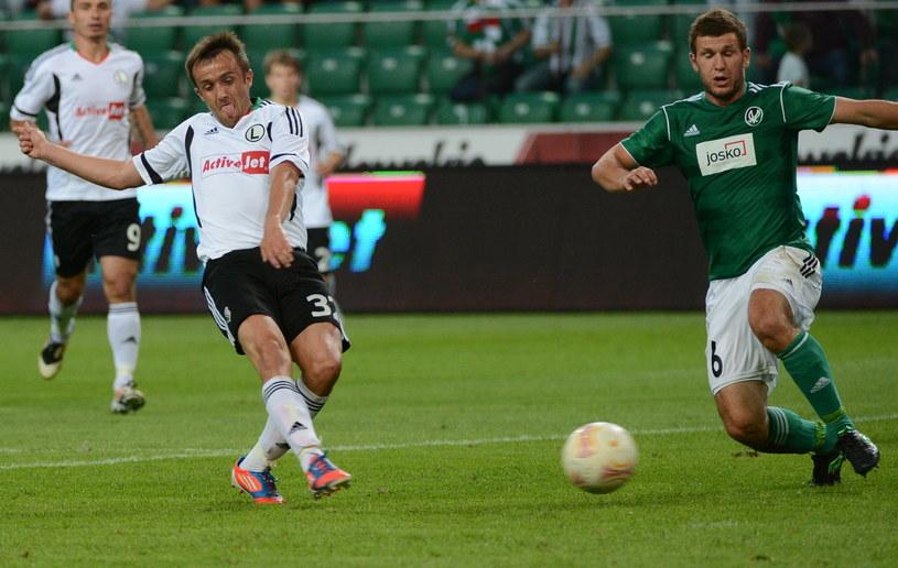 Miroslav Radović strzela gola na 2-0 dla Legii. /Radek Pietruszka /PAP