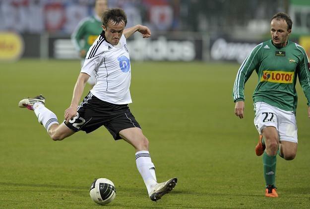 Miroslav Radović (z lewej) był jednym z nielicznych jasnych punktów w Legii. Fot. Adam Warżawa /PAP