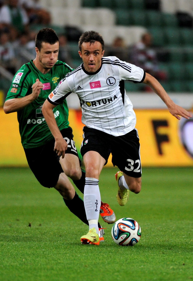 Miroslav Radovic (z prawej) walczy o piłkę z Lukaszem Bielakiem /Bartłomiej Zborowski /PAP
