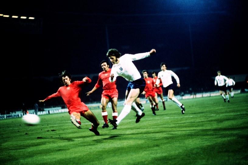 Mirosław Bulzacki (pierwszy z lewej) w meczu z Anglią na Wembley w 1973 roku /Peter Robinson    /Getty Images
