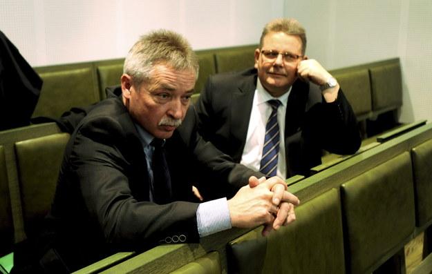 Mirosław Wądołowski (po lewej) i mecenas Jarosław Warylewski na sali rozpraw /Bartłomiej Zborowski /PAP