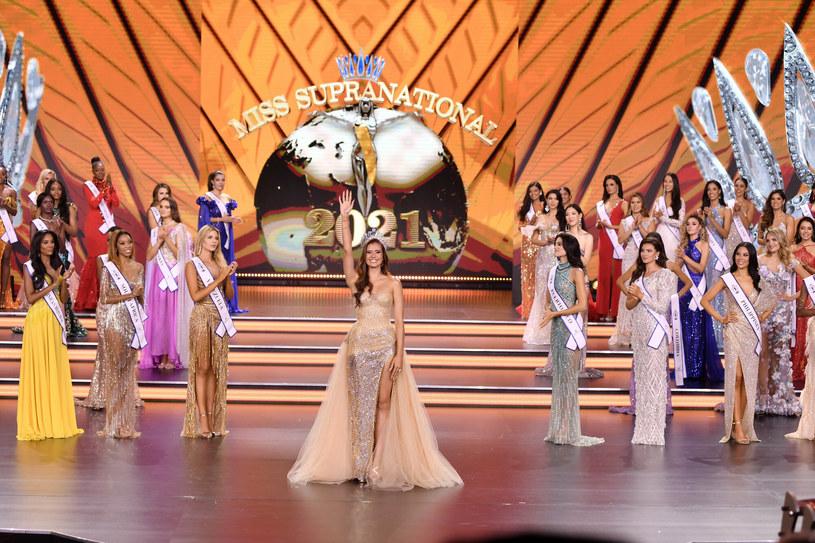 Miss Supranational 2021 została wybrana, a koronę przekazała swojej następczyni Anntonia Porsild /Łukasz Kalinowski /East News