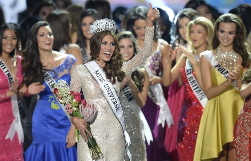 Miss Universe 2013 Gabriela Isler (na pierwszym planie) po koronacji. Paulina Krupińska (pierwsza z prawej z tyłu) /ALEXANDER NEMENOV /AFP