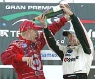 Mistrz serii Da Matta (z prawej) wylewa szampan na głowę zwycięzcy z Mexico City Bracka /poboczem.pl