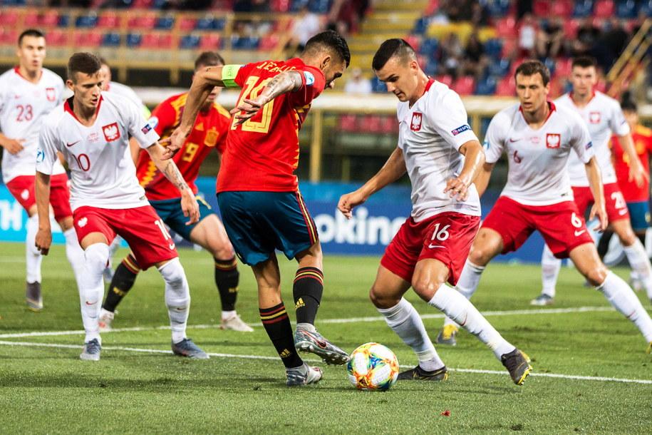 Mistrzostwa Europy U-21: Hiszpania - Polska 5:0. Na zdjęciu: o piłkę walczą Dani Ceballos i Patryk Dziczek /ALFIO GUARISE /PAP/EPA